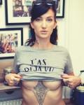 t-shirt elle montre ses seins